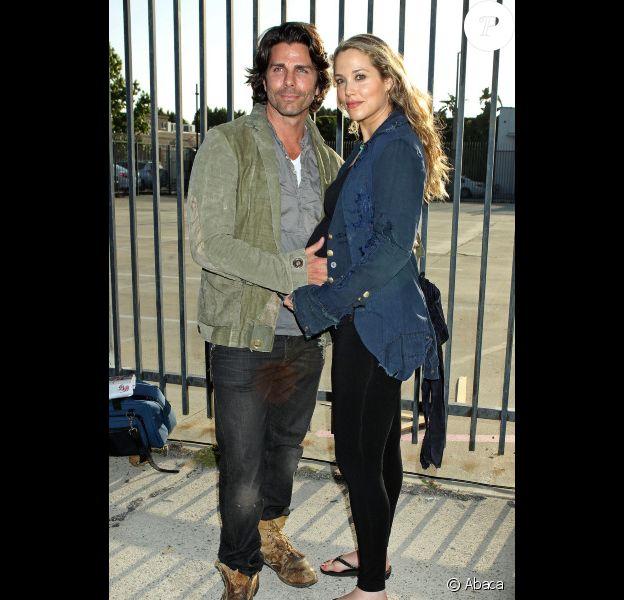 Elizabeth Berkley, enceinte, et son mari Greg Lauren lors du vernissage de l'exposition Rebel à Los Angeles le 12 mai 2012