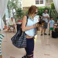 Miley Cyrus fait la rencontre d'une fan devant son hôtel de Miami, le mardi 15 mai 2012.