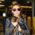 Miley Cyrus prend l'avion pour Miami avec son chiot, à Los Angeles, le lundi 14 mai 2012.