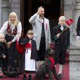 Le prince Haakon de Norvège et sa famille lors de la Fête nationale 2011. Entre 2011 et 2012, le prince Sverre et la princesse Ingrid ont bien changé !