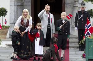 Le prince Haakon avec femme et enfants pour la fête nationale 2012: ça grandit !
