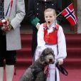 Au tour de la princesse Ingrid de bailler...   Le prince Haakon, la princesse Mette-Marit et leurs trois enfants, Marius (16 ans), la princesse Ingrid (8 ans) et le prince Christian (6 ans), ainsi que leur labradoodle Milly Kakao, devant leur résidence de Skaugum, à Asker, de bon matin le 17 mai 2012 pour la Fête nationale de Norvège.
