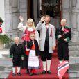 Le prince Haakon, la princesse Mette-Marit et leurs trois enfants, Marius (16 ans), la princesse Ingrid (8 ans) et le prince Christian (6 ans), ainsi que leur labradoodle Milly Kakao, devant leur résidence de Skaugum, à Asker, de bon matin le 17 mai 2012 pour la Fête nationale de Norvège.