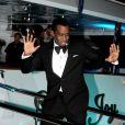 P. Diddy, élégant dans un smoking noir, fait le show devant les photographes présents devant le yacht de Denish Rich. Cannes, le 18 mai 2012.