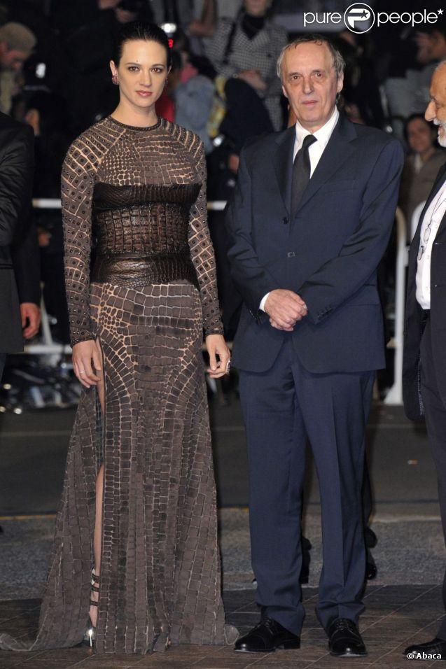 Dario Argento et sa fille Asia Argento montent les marches du Palais des Festivals, pour la projection de Dracula 3D, à Cannes le 19 mai 2012