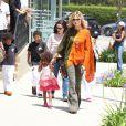 Aidée d'une nounou, Heidi Klum emmène ses quatre enfants à leur cours de karaté à Brentwood, Los Angeles le 19 mai 2012