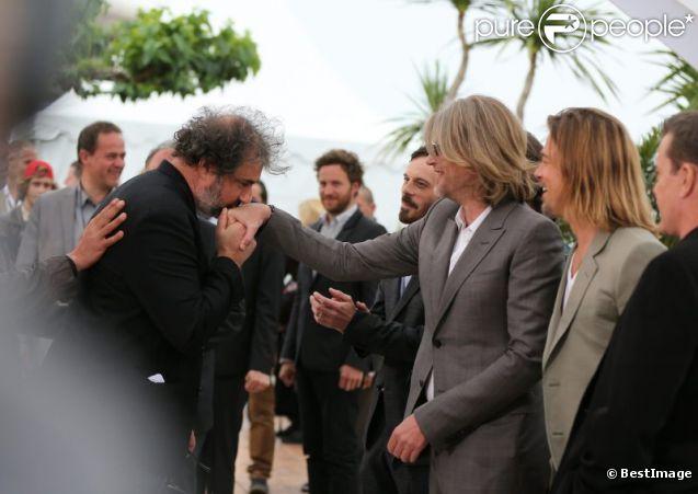 Gustave Kervern s'incruste et salue Andrew Dominik et Brad Pitt lors du photocall du film Cogan le 22 mai 2012 au Festival de Cannes