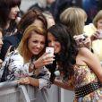 Tulisa Contostavlos est sollicitée par ses fans à son arrivée à la première audition de la neuvième saison de l'émission  X Factor , à Liverpool le 23 mai 2012.