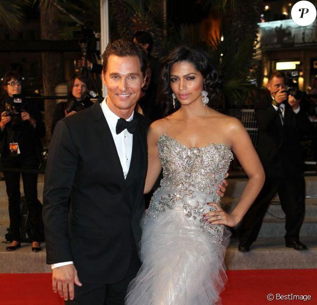 Matthew McConaughey et sa fiancée Camila Alves lors de la descente des marches après la projection du film Mud au Festival de Cannes le 26 mai 2012.