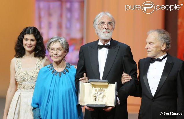 Audrey Tautou, Emmanuelle Riva, Michael Haneke, qui pose avec sa palme d'or, Jean-Louis Trintignant, lors de la cérémonie de clôture du 65e Festival de Cannes, le dimanche 27 mai 2012.