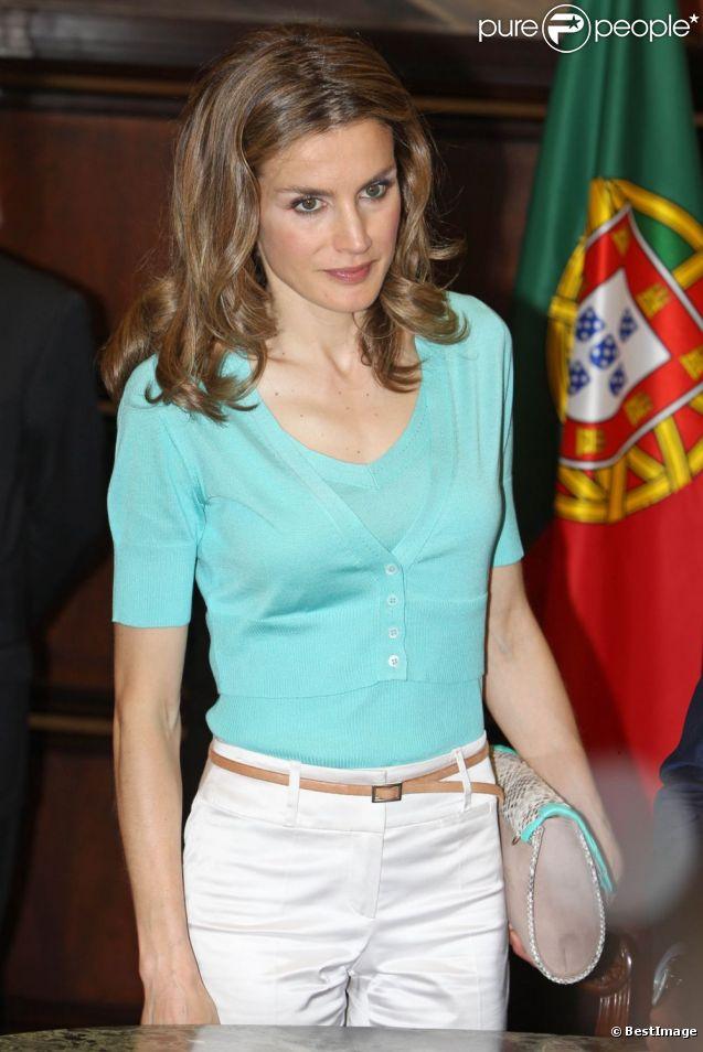 La princesse Letizia d'Espagne en visite avec le prince Felipe au Parlement de Lisbonne au premier jour de leur visite officielle au Portugal (30 mai - 1er juin), le 30 mai 2012.
