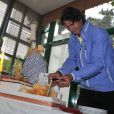 Rafael Nadal éprouve quelques difficultés à allumer ses bougies le jour de son anniversaire le 3 juin 2012 à Roland-Garros