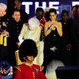 Cheryl Cole, Tom Jones, Jools Holland, Paul McCartney... Toutes les stars se sont rassemblées autour de la reine et du prince Charles à l'issue du concert.   La reine Elizabeth II a été honorée par le meilleur des artistes du royaume, réunis par le Take That Gary Barlow, qui ont fait vibrer son jubilé de diamant lors du concert donné à Buckingham Palace le 4 juin 2012.