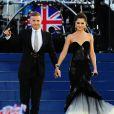 Cheryl Cole, irrésistible dans une tenue Ewa Minge, a chanté Need You Now avec le maître de cérémonie Gary Barlow.   La reine Elizabeth II a pu compter sur le meilleur des artistes du royaume, réunis par le Take That Gary Barlow, pour faire vibrer son jubilé de diamant lors du concert donné à Buckingham Palace le 4 juin 2012.