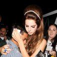 Un fan dans les bras de Lana Del Rey qui arrive à l'El Rey Theater où elle donnera le dernier de ses trois concerts de Los Angeles, le 5 juin 2012.
