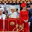 La reine Elizabeth II et son mari le duc d'Edimbourg ont fait honneur à la parade fluviale sur la Tamise pour le jubilé de diamant, debout l'un à côté de l'autre dans le froid et la pluie, le 3 juin 2012.   Le prince Philip a quitté l'hôpital Edward VII de Londres samedi 9 juin 2012 en milieu de journée, à la veille de son 91e anniversaire. Il y avait été admis lundi 4 juin en plein jubilé de diamant d'Elizabeth II en raison d'une infection de la vessie.