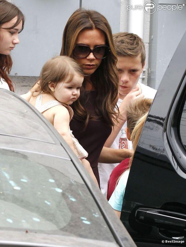 Victoria Beckham et sa petite Harper forment un duo adorable et stylé durant une balade dans le centre commercial The Grove. Los Angeles, le 2 juin 2012.