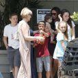 Le clan Beckham, en bon nombre malgré l'absence du dernier garçon Cruz et de David Beckham, en balade dans le centre commercial The Grove. Los Angeles, le 2 juin 2012.