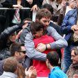 Rafael Nadal tombe dans les bras de Pau Gasol le 11 juin 2012 après avoir décroché un septième titre à Roland-Garros après avoir battu Novak Djokovic (6-4, 6-3, 2-6, 7-5)