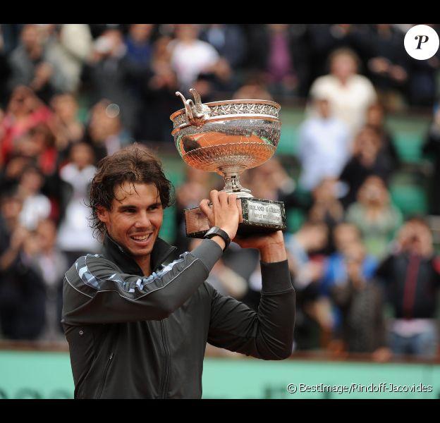 Rafael Nadal peut soulever la Coupe des Mousquetaires le 11 juin 2012 après avoir décroché un septième titre à Roland-Garros après avoir battu Novak Djokovic (6-4, 6-3, 2-6, 7-5)