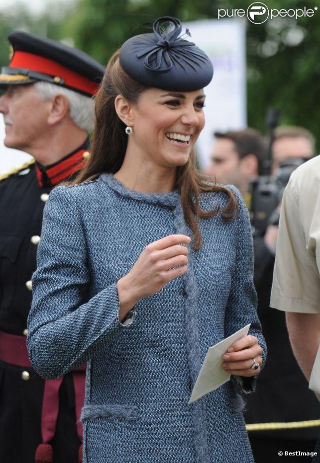 Kate Middleton, souriante et amusée, semble apprécier sa visite au Vernon Park. Nottingham, le 13 juin 2012.