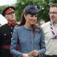 La duchesse de Cambridge Kate Middleton, porte un chapeau Rachel Trevor Morgan, un manteau M Missoni et des souliers noirs lors de sa visite au Vernon Park. Nottingham, le 13 juin 2012.