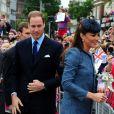 Kate Middleton suivie par le Prince William, est de passage sur le Old Market Square de Nottingham. Le 13 juin 2012.