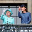Le prince William, la reine Elizabeth II et Kate Middleton saluent les 5 000 personnes rassemblées devant la mairie de Nottingham. Le 13 juin 2012.