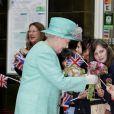 La reine Elizabeth II, habillée d'un chapeau et d'un manteau turquoise, arrive à la gare de Nottingham. Le 13 juin 2012.