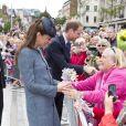 Kate Middleton, proche du peuple, accepte des fleurs lors de son passage au Old Market Square à Nottingham. Le 13 juin 2012.