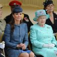 La Duchesse de Cambridge et la reine Elizabeth II, assises côte à côte au Vernon Park à Nottingham, le 13 juin 2012.
