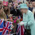 La reine Elizabeth II accepte les fleurs et cadeaux de ses sujets lors de son passage au Old Square Market de Nottingham, le 13 juin 2012.