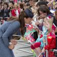 Kate Middleton échange quelques mots avec des petites filles lors de son passage au Old Market Square à Nottingham, le 13 juin 2012.