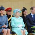 La reine Elizabeth II, entourée de Kate Middleton et du prince William à Nottingham, le 13 juin 2012.