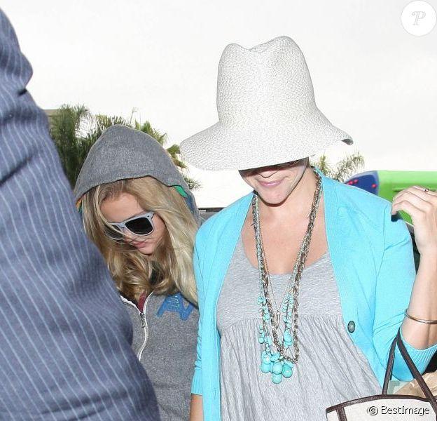 Reese Witherspoon et sa fille Ava arrivent à l'aéroport le vendredi 15 juin 2012, à Los Angeles.