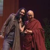 Russell Brand se fait tirer la barbichette par le Dalaï-lama... Improbable !
