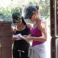 Vanessa Hudgens en compagnie d'une amie dans un parc de Los Angeles, le mardi 19 juin 2012.