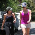 Vanessa Hudgens retrouve une amie après son cours de pilates, à Los Angeles, le mardi 19 juin 2012.