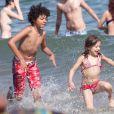 Les deux enfants de Hugh Jackman, Oscar et Ava, durant leurs vacances ensoleillées à Barcelone. Le 20 juin 2012.