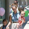 Honor et Haven profitent de leur maman Jessica Alba. A West Hollywood, le 23 juin 2012.