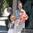 Les filles de Jessica Alba suivent les pas de modeuse de leur mère. A West Hollywood, le 23 juin 2012.