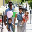 Jessica Alba profite de sa famille. A West Hollywood, le 23 juin 2012.