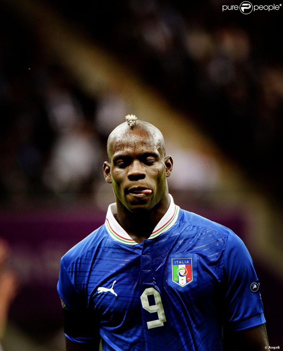 mario balotelli lors du match italie allemagne le 28 juin 2012 varsovie pour la demi finale de. Black Bedroom Furniture Sets. Home Design Ideas