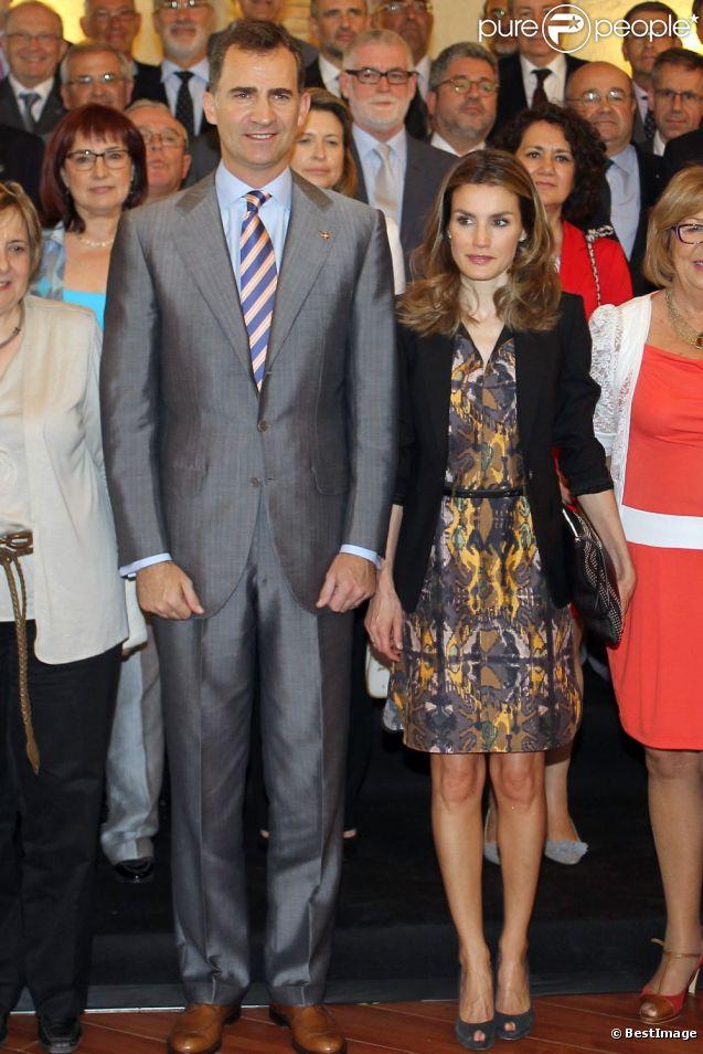 La traditionnelle photo de groupe des missins officielles... Le prince Felipe et la princesse Letizia d'Espagne prenaient part le 28 juin 2012 à l'Université de Gérone à une rencontre avec les membres de l'Assemblée générale de la Conférence des recteurs des universités espagnoles (CRUE) et les membres du Comité exécutif de la Fondation Prince de Gérone, à la veille du Forum Impulsa.