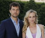 Diane Kruger et Joshua Jackson à la présentation de la collection Berluti Printemps-Ete 2013 au Palais Royal, à Paris, le 29 juin 2012.
