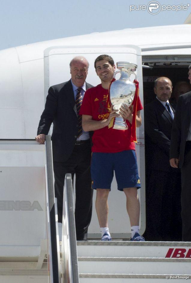 Iker Casillas le 2 juillet 2012 à Madrid lors de la descente d'avion en provenance de Kiev après avoir glané un nouveau titre de champion d'Europe