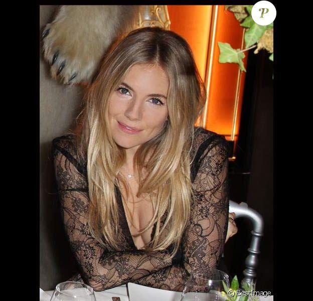 """Sienna Miller lors de la soirée """"135 ans de French Légéreté"""" de la boutique Lancel des Champs-Elysées en novembre 2011 à Paris"""
