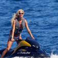 """Victoria Silvstedt se balade en jet-ski dans la baie de Monaco, le 8 juillet 2012."""