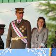 Le prince Felipe, en uniforme, et la princesse Letizia, en tailleur, présidaient la cérémonie de remise des diplômes aux sous-officiers de la XXXVIIe promotion sortant de l'Académie militaire de Talarn, le 9 juillet 2012.