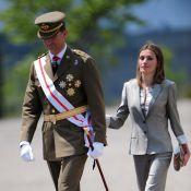 Letizia d'Espagne, élégant soutien de Felipe face à des sous-officiers en liesse